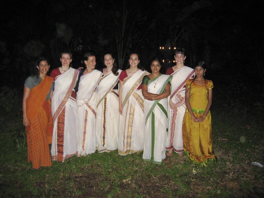 תלמידות החוג בלבוש מסורתי - קורס מטייל תיאטרון הקודיאטם בקירלה